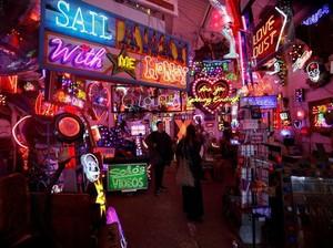 Unik! Galeri Seni di London Pajang Ratusan Neon dan Reklame