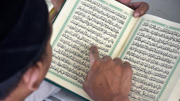 Membaca atau tadarus Alquran menjadi kegiatan yang digalakkan selama bulan suci Ramadan di Ponpes Darut Ta'ibin, Ambarawa, Jawa Tengah, Kamis (1/6). ANTARA FOTO/Aditya Pradana Putra/17.