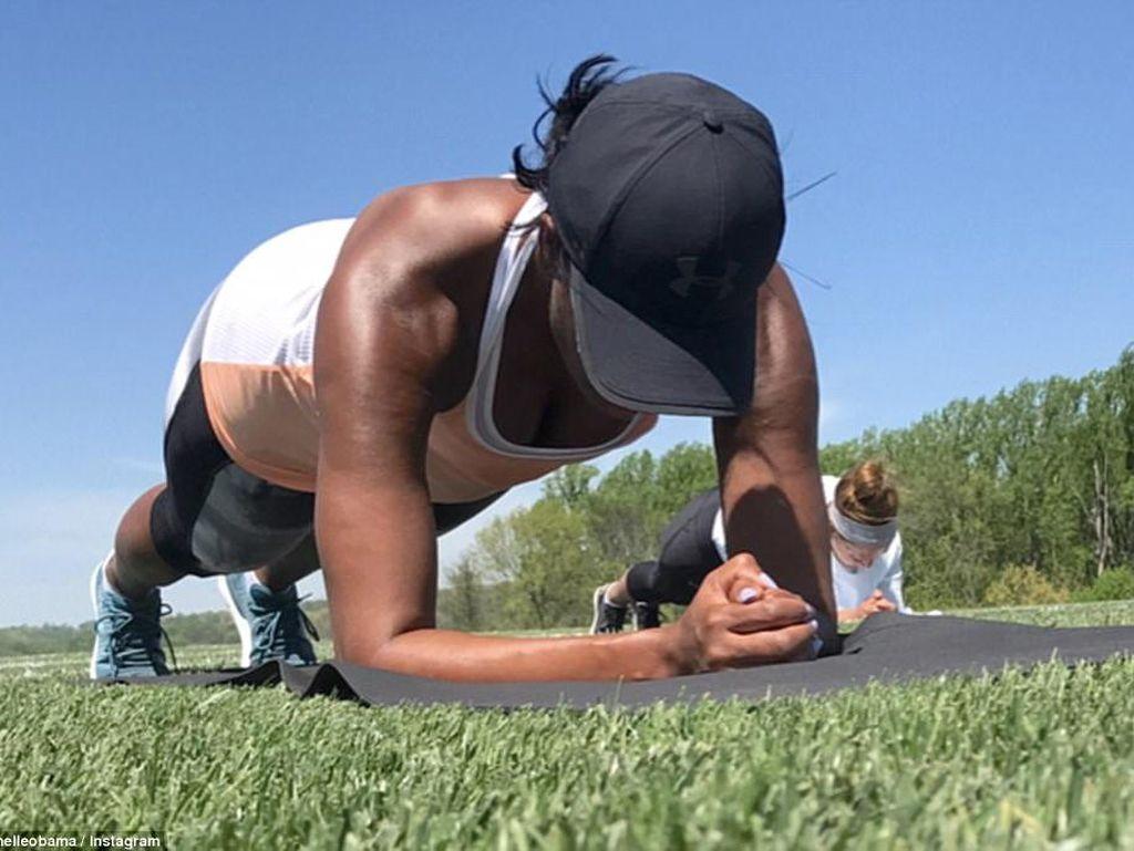 Ratu Plank! Tradisi Olahraga Bareng Sahabat yang Jadi Favorit Michelle Obama