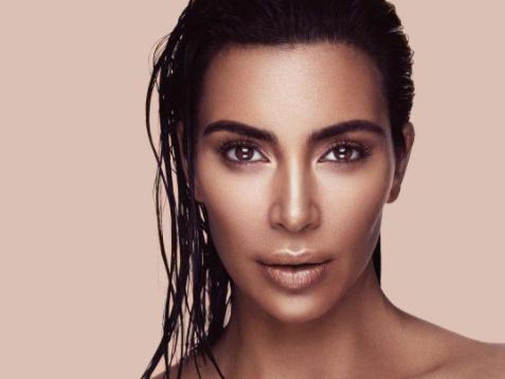 Trik Kim Kardashian Menutupi Noda di Wajah dengan Makeup