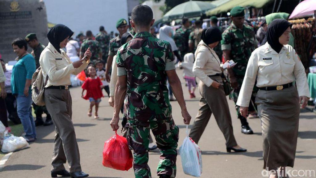 Ketika Prajurit TNI Berburu Sembako Murah
