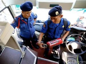 Petugas Damkar Periksa Peralatan Keselamatan dalam Bus