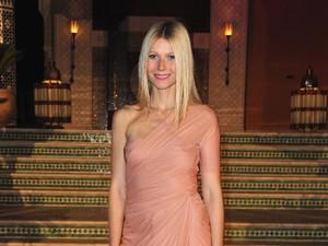 Seksi, Gwyneth Paltrow Pose Topless Bermandi Lumpur di Pemotretan Majalah