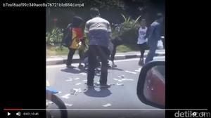 Pencuri Sebar Uang di Jalanan Palembang, Warga Langsung Berhamburan