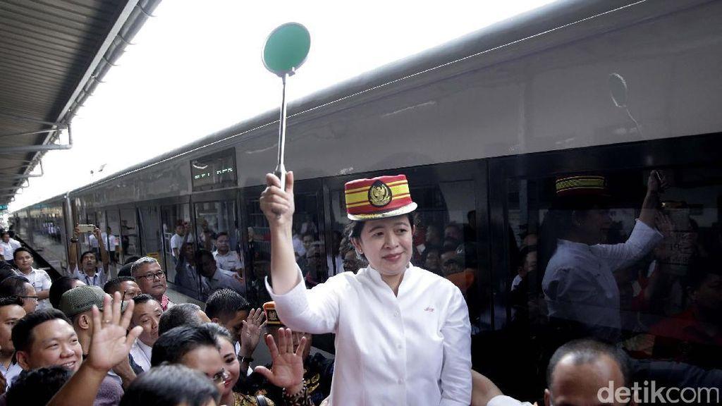Puan Maharani Lepas Pemudik di Stasiun Senen