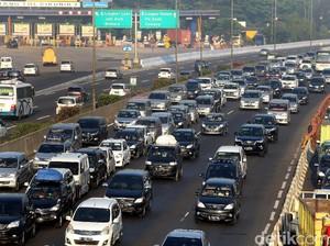Dipadati Pemudik, Tol Jakarta-Cikampek Macet hingga 50 KM
