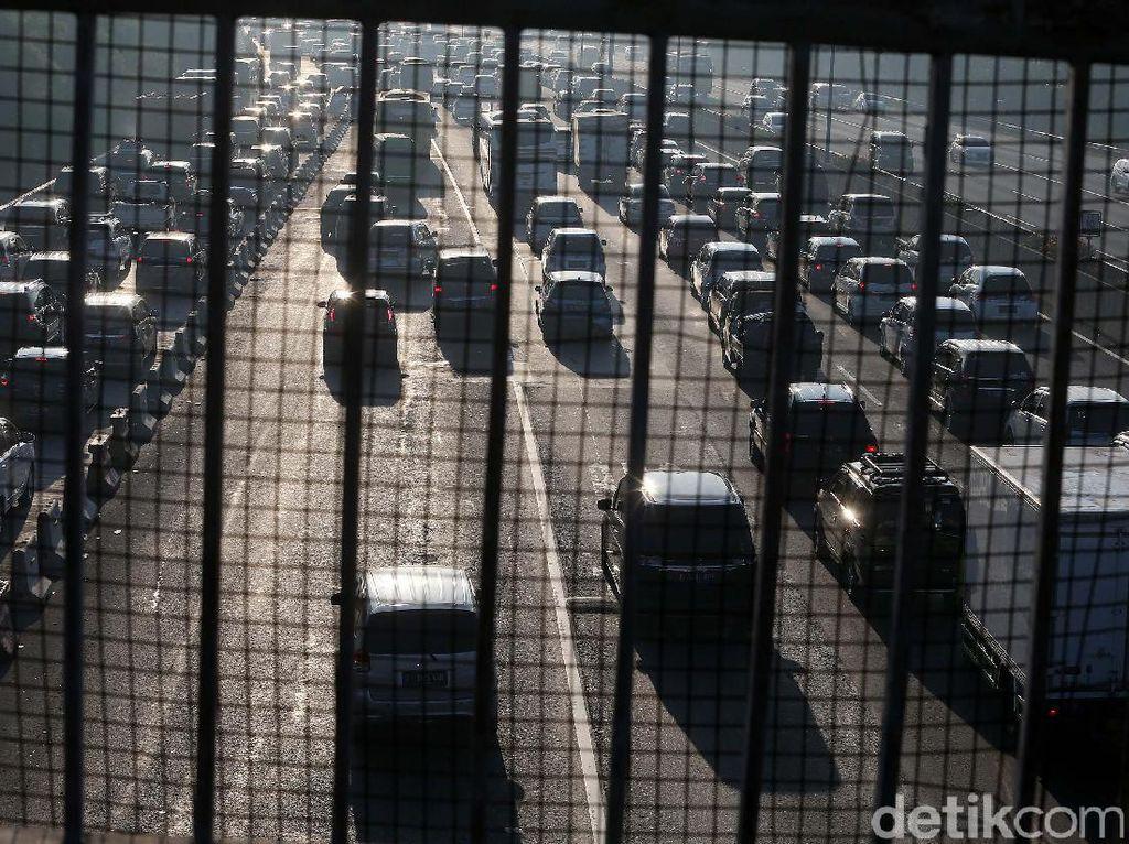 Ribuan Kendaraan Pemudik Mulai Padati Tol Cikampek