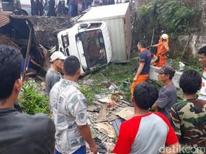 Mobil Seruduk Kios di Jalur Mudik Cileunyi, 1 Orang Terluka