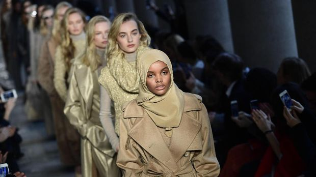 US-Somalia model Halima Aden presents a creation for fashion house Max Mara during the Women's Fall/Winter 2017/2018 fashion week in Milan, on February 23, 2017.  / AFP PHOTO / Miguel MEDINA