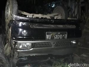 Mobil Boks dan Truk Kecelakaan di Nagreg