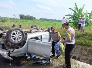 Pengemudi Mengantuk, Mobil Pemudik Terbalik di Tol Bawen-Salatiga