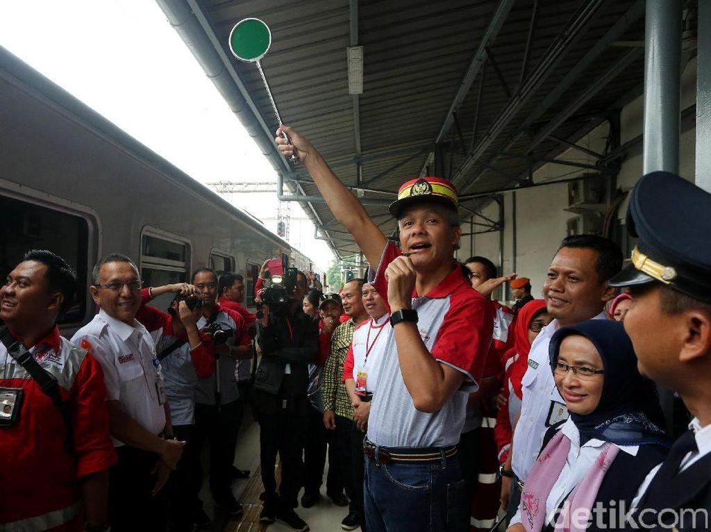 Gubernur Ganjar Lepas Pemudik di Stasiun Senen