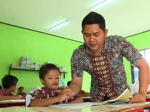 Guru Honorer yang Gemar Tolong Orang Jompo ini Dapat Berkah Umrah