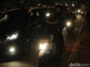 Diguyur Hujan, Waspadai Jalan Licin dan Bergelombang di Cirebon