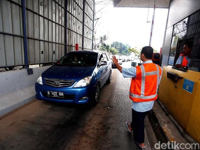 Macet Parah di Tol JORR, Mobil Pribadi Pilih Keluar Pintu Tol