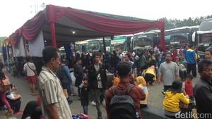 H-2 Lebaran, Pemudik Padati Terminal Kampung Rambutan