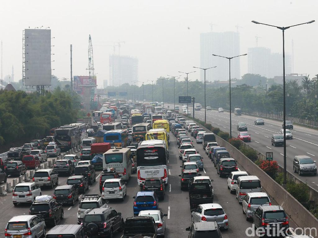 Truk Patah As di Exit Tol UKI, Lalin Macet 15 Km