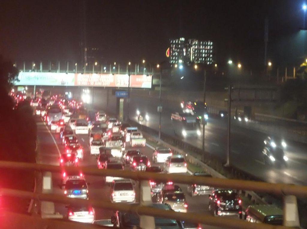 Tol Cikampek ke Jakarta: Padat di KM 62-54, Contraflow di KM 53-35