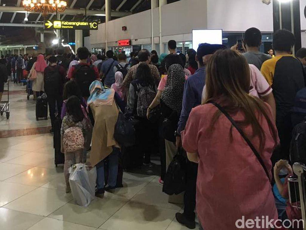 Antrean Bandara Soetta Padat, 106 Penumpang Turun di Medan Hari Ini