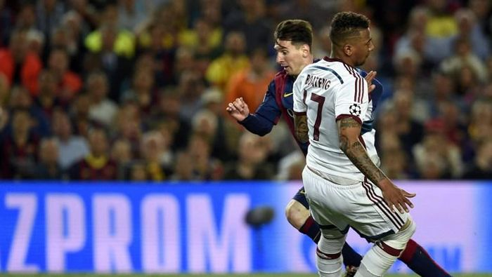 Barcelonas Argentinian forward Lionel Messi (L) vies with Bayern Munichs defender Jerome Boateng (R) during the UEFA Champions League football match FC Barcelona vs FC Bayern Muenchen at the Camp Nou stadium in Barcelona on May 6, 2015.     AFP PHOTO/ LLUIS GENE /
