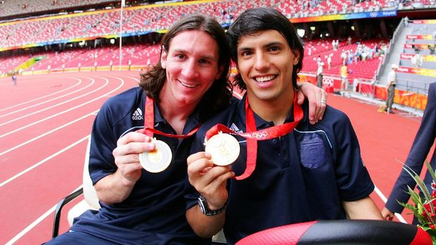 BEIJING - AUGUST 23: Argentinian forwards Lionel Messi (L) and Sergio Aguero  gold medal pose during the men's Olympic football tournament medal ceremony at the national stadium in Beijing during  the Men's Final between Nigeria and Argentina at the National Stadium on Day 15 of the Beijing 2008 Olympic Games on August 23, 2008 in Beijing, China. (Photo by Koji Watanabe/Getty Images)