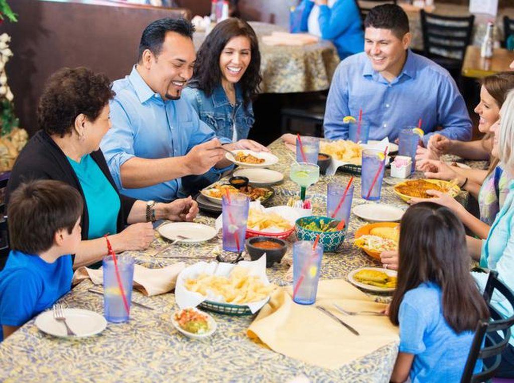 Peneliti Sebut Makan di Restoran Lebih Berisiko Terpapar COVID-19