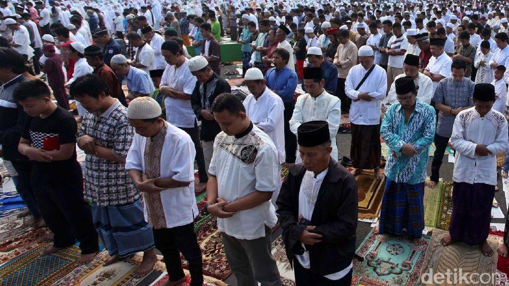 Umat Islam Salat Idul Fitri di Jalanan Kawasan Senen