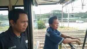 Cerita Mereka yang Rela Tak Mudik Demi Jaga Perlintasan Kereta