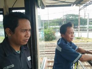 Cerita Mereka yang Rela Tak Mudik demi Jaga Pelintasan Kereta