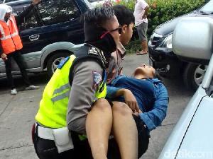 Pingsan di Tol Cikarang, Seorang Pemudik Dievakuasi Polisi ke RS
