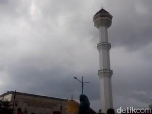 2 Bocah Luka Akibat <i>Hoax</i> Menara Masjid Agung Bandung Roboh