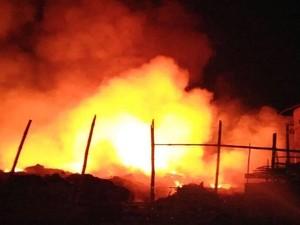 Gudang Penuh Plastik Terbakar, Diduga Penyebabnya Kembang Api