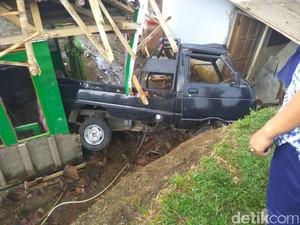 Mobil Bak Terjun Timpa Rumah di Tasikmalaya, 20 Orang Luka