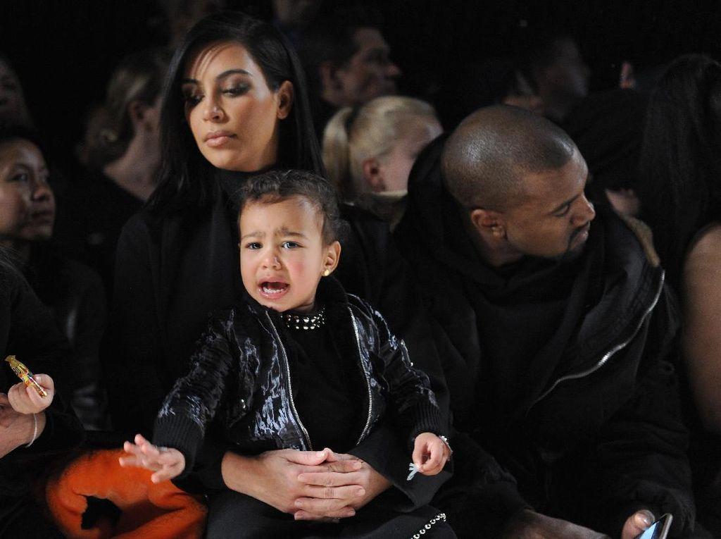 Lagi, Cara Kim Kardashian Mengasuh Anak Dikritik Netizen