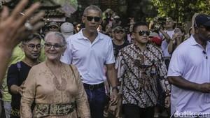 Berkaus Putih, Begini Gaya Santai Obama dan Michelle di Tirta Empul