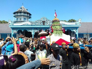 Gunungan Grebeg Sawal Keraton Surakarta Jadi Rebutan Wisatawan