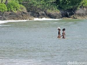 Foto: Anak-Anak Obama Main di Pantai Jimbaran