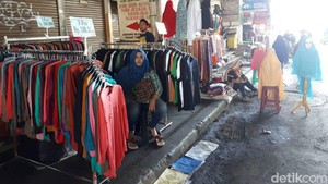 Pasar Tanah Abang Masih Tutup, Pedagang Gelar Lapak Darurat