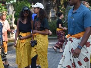 Gaya Putri Obama Pakai Sarung di Bali Jadi Perhatian Dunia