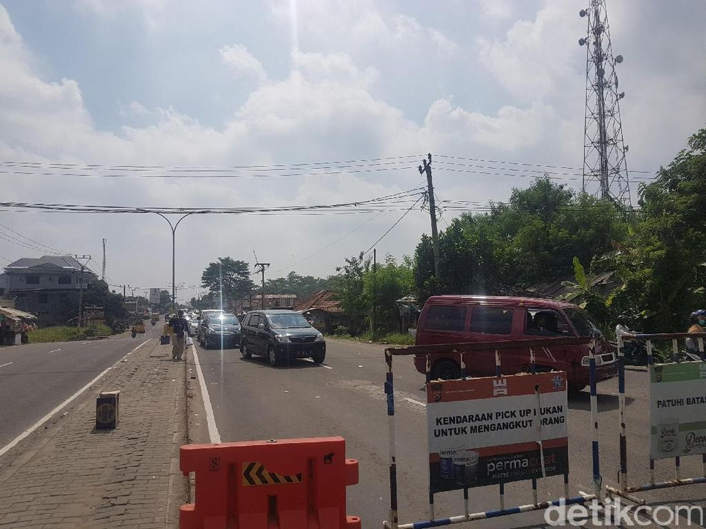 Jalur Wisata ke Anyer Padat, Polisi Berlakukan Sistem Buka-Tutup