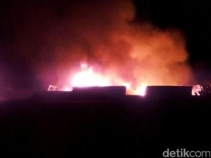 Puluhan Kios di Pasar Pamengpeuk Garut Terbakar