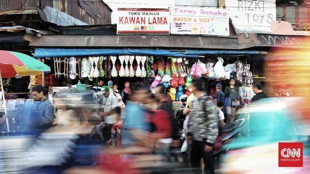 Suasana di pusat mainan anak, Pasar Gembrong, Jatinegara, Jakarta Timur, Rabu, 28 Juni 2017. Biasanya pasar ini hampir setiap harinya ramai dipadati para pembeli, terutama pada saat libur sekolah atau libur lebaran. Selain karena harga mainan yang relatif murah, pasar ini juga menyediakan piihan mainan yang bervariatif. (CNN Indonesia/Bisma Septalisma)