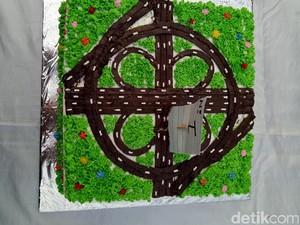 Kue Simpang Susun Semanggi Jadi Kado Ahok dari Warga Kalijodo