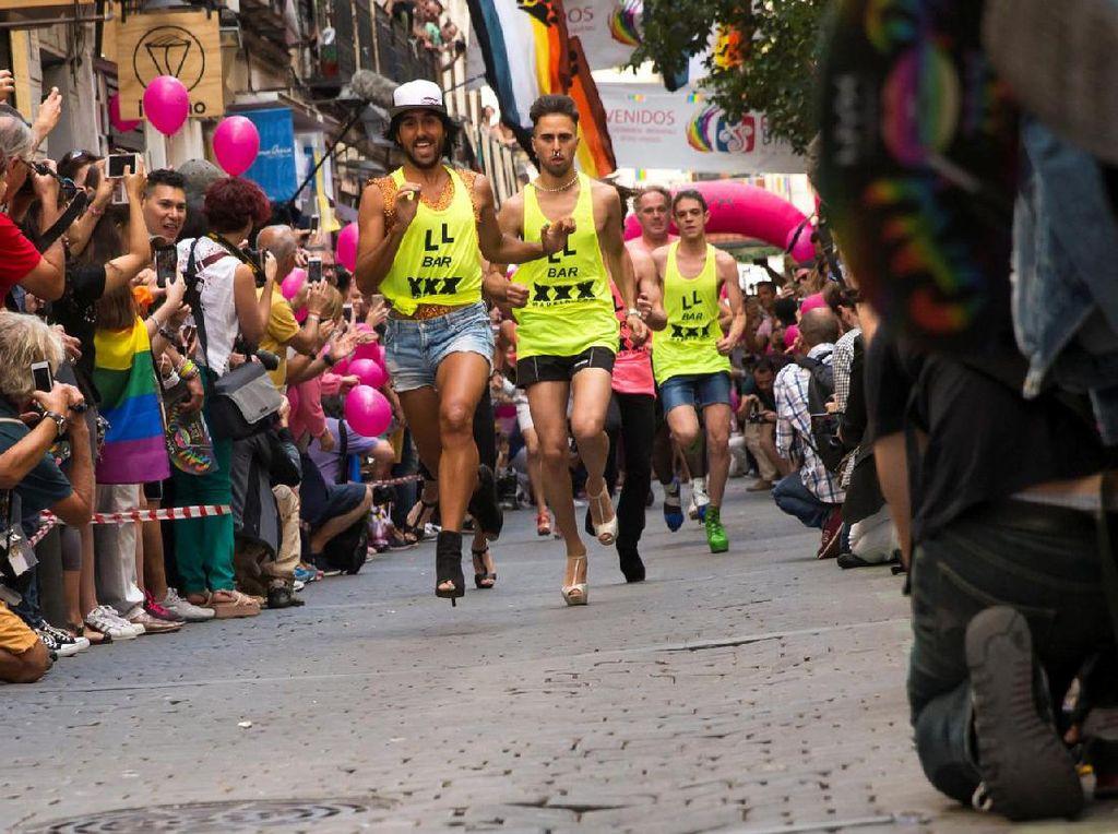 Lomba Lari dengan High Heels ala Kaum Gay di Spanyol