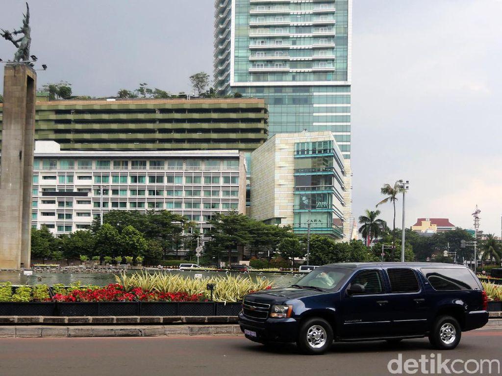 Iring-iringan Mobil Obama Melintas di Bundaran HI