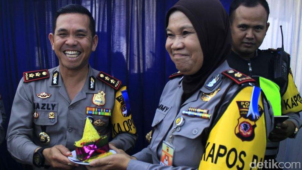 Rayakan HUT Polri, Polres Bandung Syukuran di Jalur Mudik