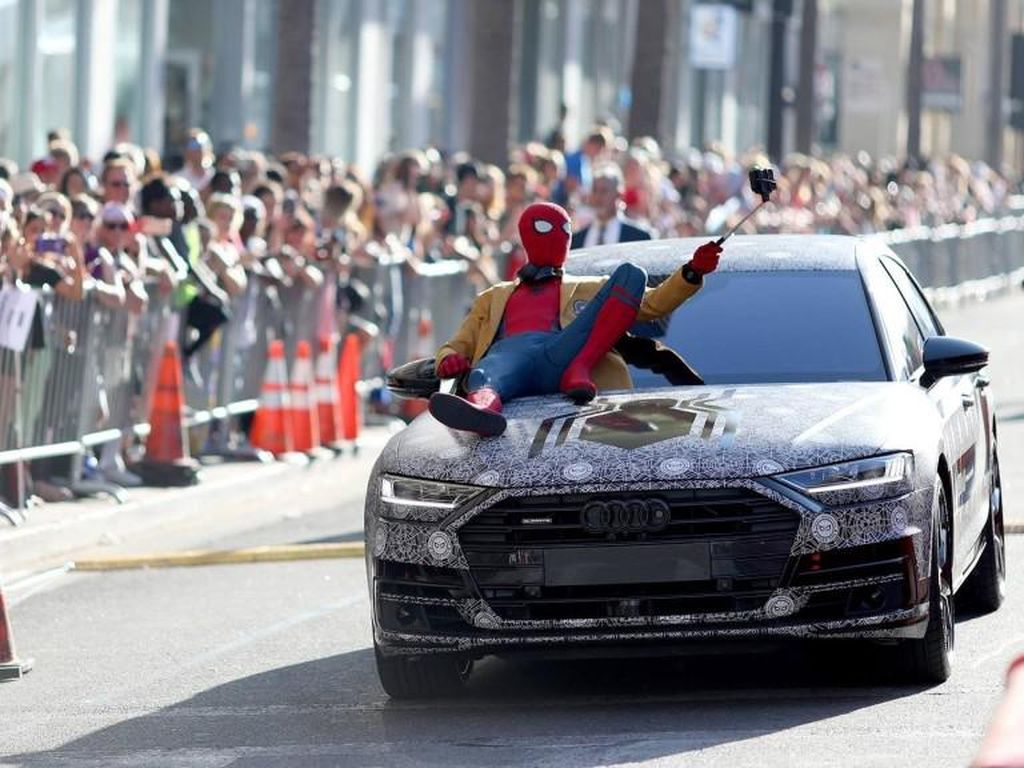 Spider-Man Selfie di Atas Kap Mesin All New Audi A8