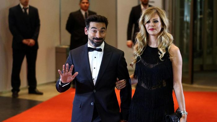 Argentine soccer player Ezequiel Lavezzi and Yanina Screpante pose for photographers as they arrive to the wedding of Lionel Messi and Antonela Roccuzzo in Rosario, Argentina, June 30, 2017. REUTERS/Marcos Brindicci