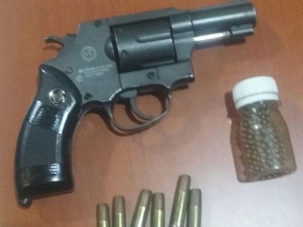 Bawa Soft Gun dan Peluru Tajam, Wahyu Ditangkap di Terminal Kalijaya