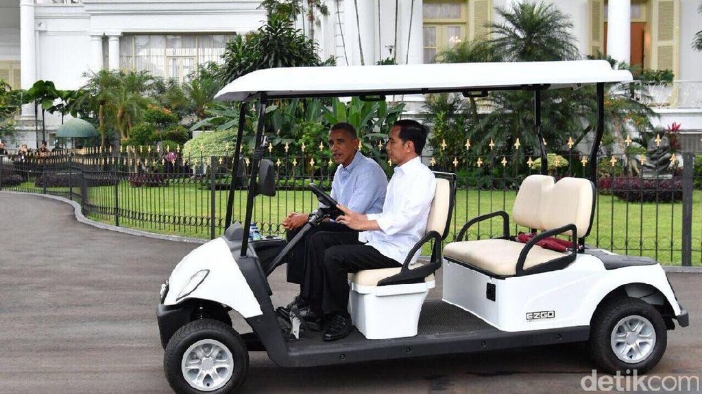 Potret Gaya Jokowi Jadi Sopir di Istana